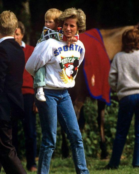 Ее высочество принцесса Диана с детьми во время посещения Диснейленда.