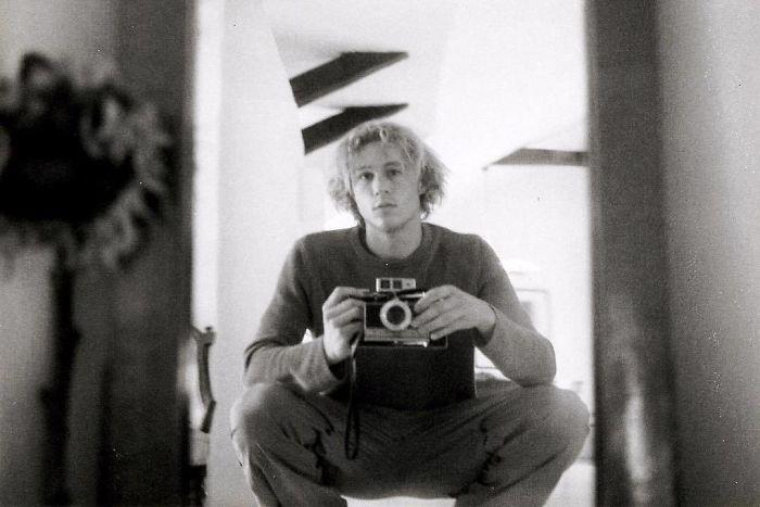 Австралийский актер снимает селфи в зеркале с помощью любимого фотоаппарата.