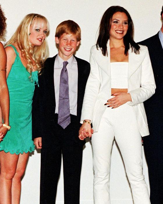 Юный внук королевы Елизаветы II позирует фотографам с группой «Spice Girls» в 1997 году.
