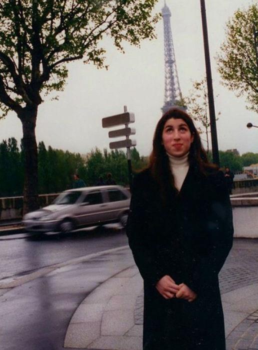 Британская певица во время посещения Парижа в 1990-х годах.