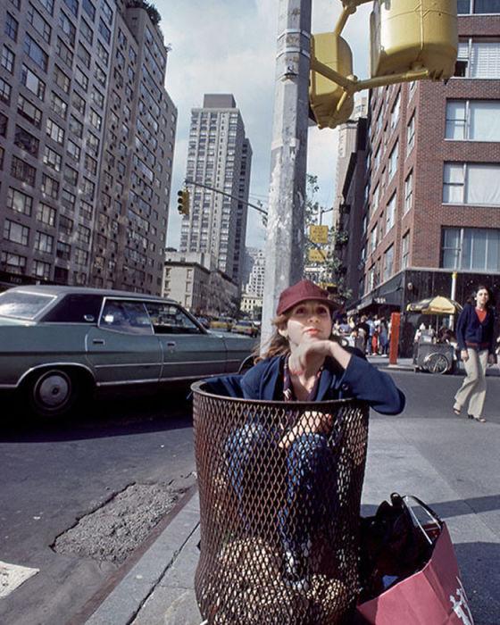 Американская актриса позирует фотографу Дугласу Киркланду (Douglas Kirkland) в мусорной корзине в 1980-м году.