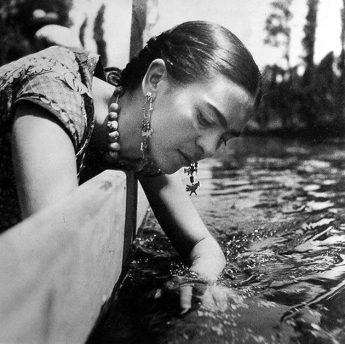 Снимок мексиканской художницы, сделанный фотографом Николя Мураем (Nickolas Muray) в Сочимилько (Мексика) в 1937 году.