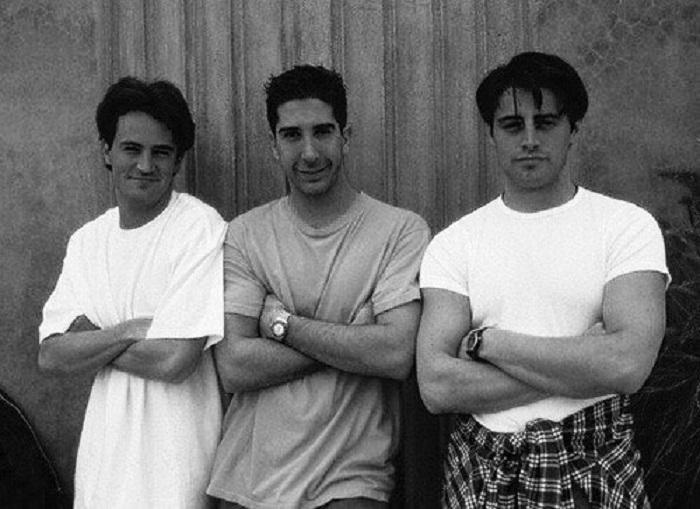 Мэтью Перри, Дэвид Швиммер, Мэтт Леблан (Matthew Perry, David Schwimmer, Matt LeBlanc) во время съемок американского комедийного сериала.