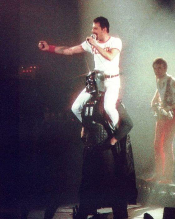 В 1980-м году во время выхода «на бис» певец и вокалист группы «Queen» появился на сцене сидя на плечах у Дарта Вейдера.