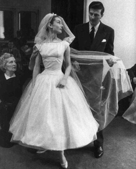 Американская актриса в свадебном платье, созданным французским модельером Юбером де Живанши (Hubert De Givenchy) для фильма «Смешное лицо».