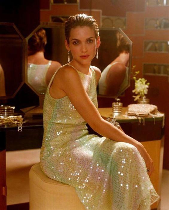 Американская муза знаменитых режиссеров в вечернем платье на снимке, сделанном фотографом Стивеном Мейселом (Steven Meisel) в 1999 году.