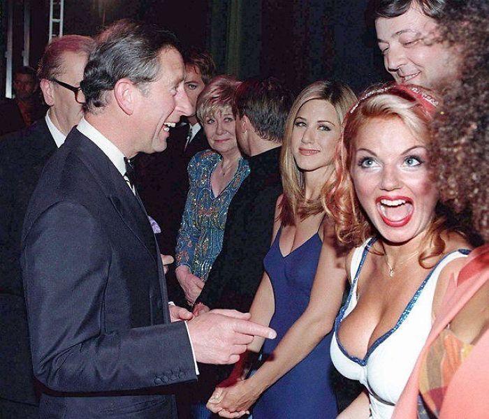 Старший сын королевы Великобритании со знаменитостями – Элизабет Дон (Liz Dawn), Дженнифер Энистон (Jennifer Aniston), Стивен Фрай (Stephen Fry) и Джери Холливелл (Geri Halliwell).