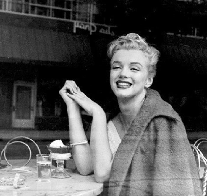 Фотография культовой американской актрисы, сделанная через стекло кафе в 1952 году.