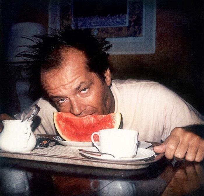 Несерьезная фотография серьезного американского актера за завтраком.
