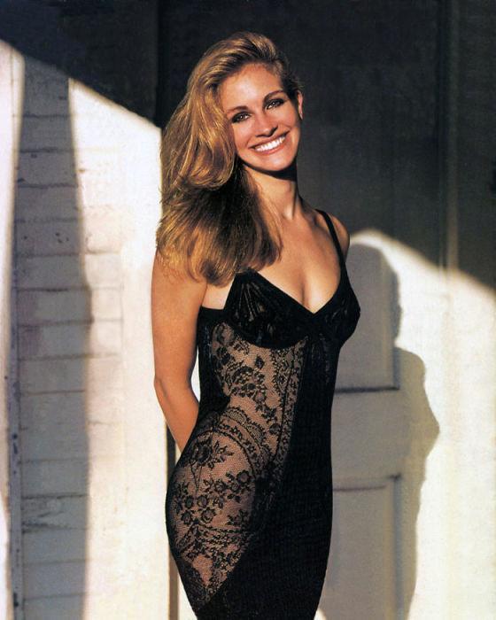 Знаменитая голливудская киноактриса, позирующая в откровенном кружевном платье.