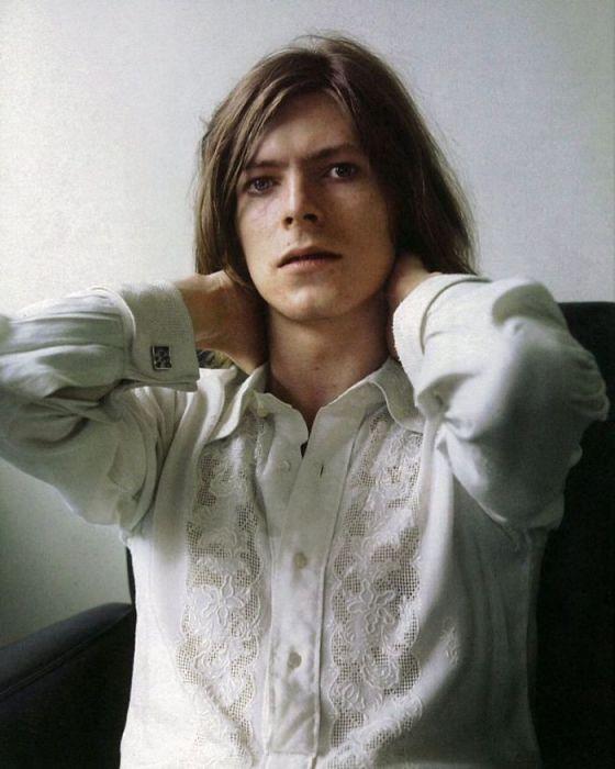 Британский рок-певец на съемках фотосессии для обложки музыкального альбома «Hunky Dory» в 1971 году.