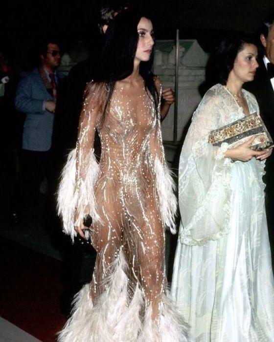 Американская поп-исполнительница в откровенном «голом» платье во время посещения Met Gala в 1974 году.