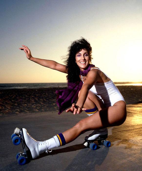 Знаменитая поп-исполнительница на роликовых коньках в объективе американского фотографа Дугласа Киркланда (Douglas Kirkland).