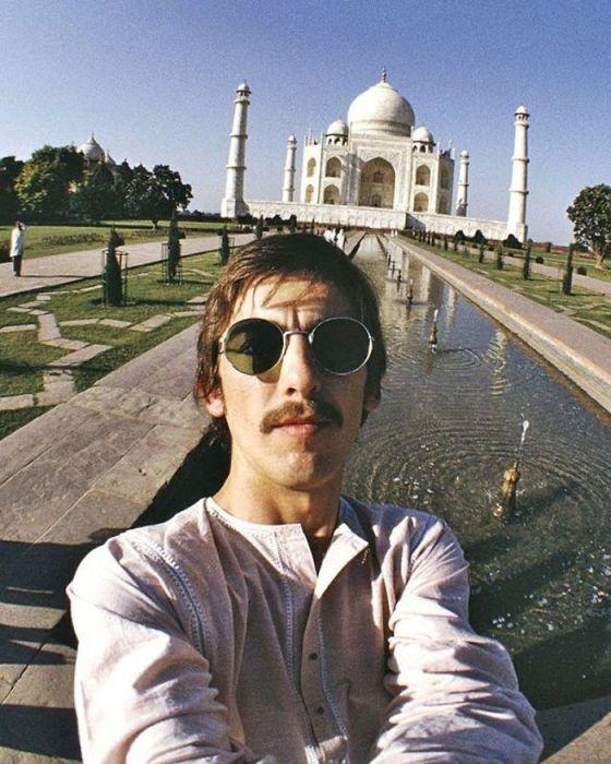 Британский рок-музыкант и соло-гитарист группы «The Beatles» снимает селфи перед Тадж-Махалом в Индии в 1966 году.