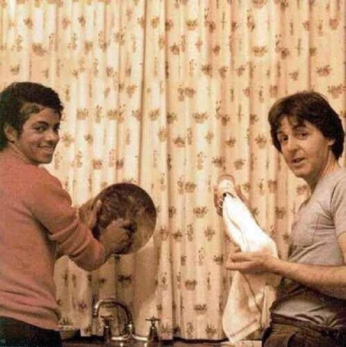 Просто две музыкальные звезды моют посуду на кухне в 1982 году.