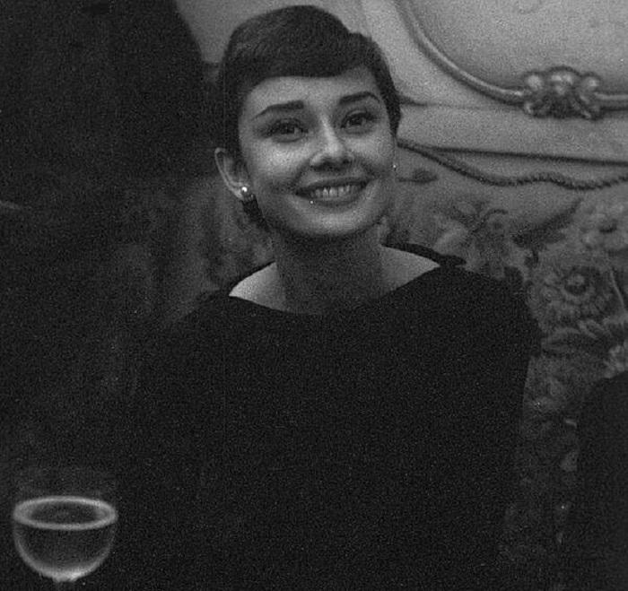 Британская актриса и икона стиля во время посещения Парижа в мае 1955 года.