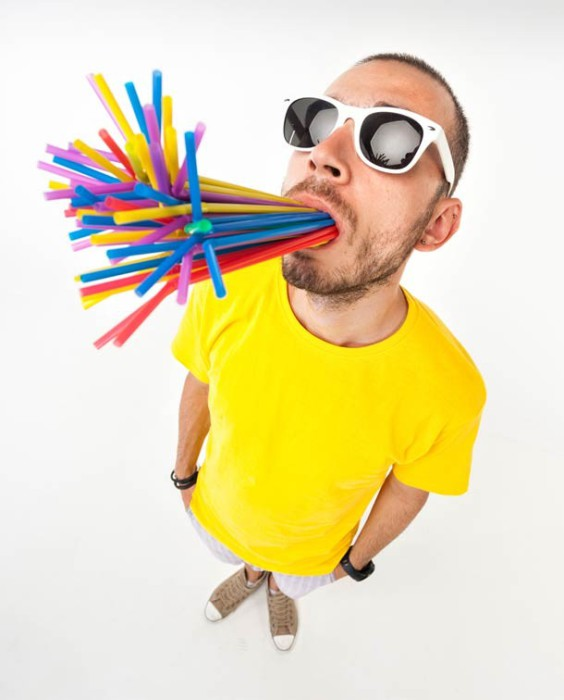 Рекорд принадлежит Саймону Элмору, ему удалось засунуть в рот 400 соломинок и продержать их в течение 10 секунд.