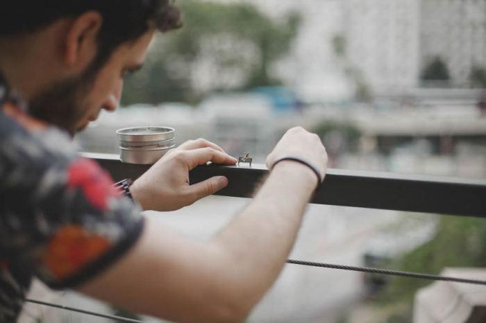 За фотоприключениями миниатюрных человечков уже наблюдают более 118 тысяч подписчиков в Инстаграм.