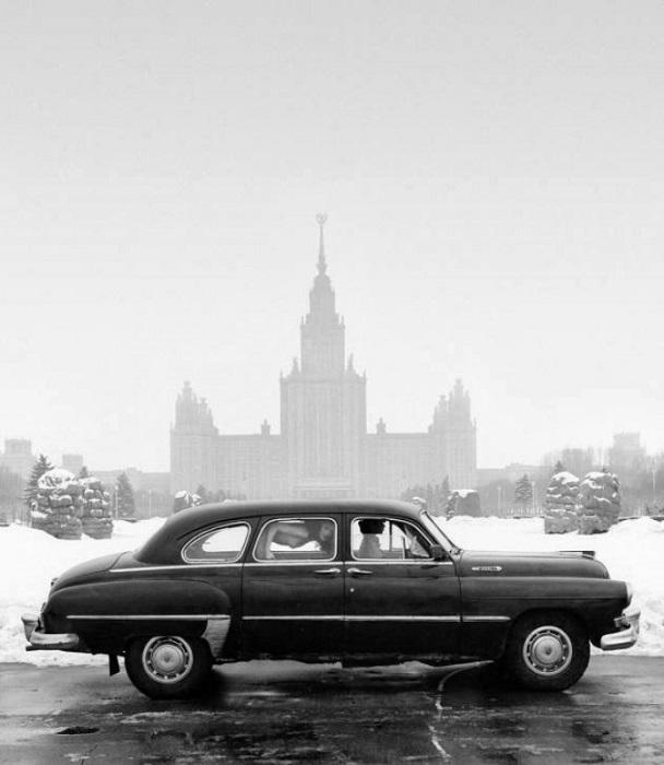 Обнаженная девушка в ГАЗ-12.
