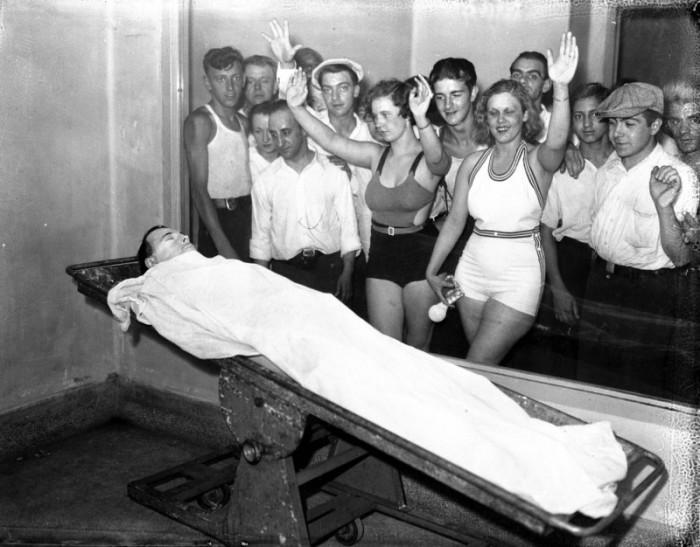 Зрители собрались вокруг тела преступника банков Джона Диллинджера.