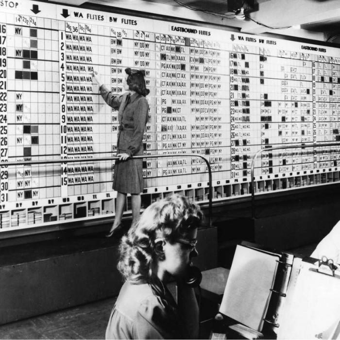 Девушка выполняет работу, которую в будущем будут делать компьютеры.