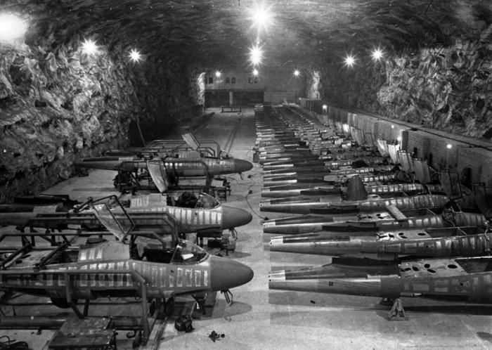 Конвейерное производство истребителей Heinkel He-162.