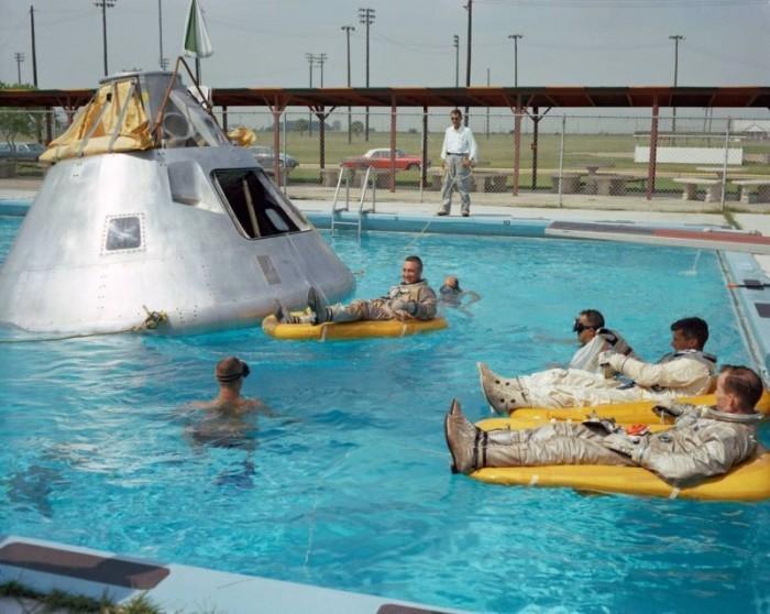Экипаж отдыхает после насыщенной тренировки.