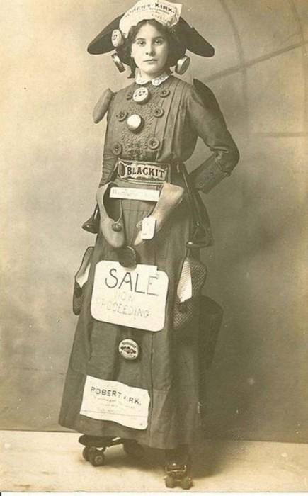 Девушка на роликах рекламирует товары.