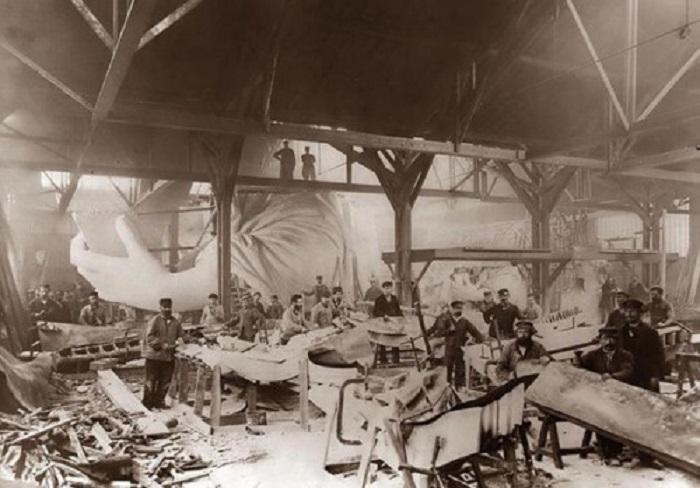Ремесленники, работающие на строительстве статуи Свободы, перед отправкой в Соединенные Штаты.