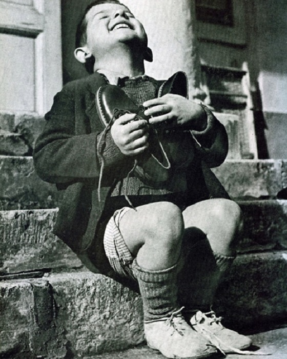 Австрийский сирота получает новую обувь, 1946 год.