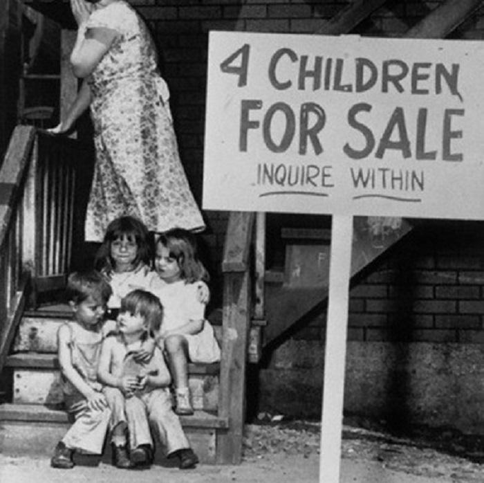 Мать прячет лицо, стыдясь того, что не может прокормить своих детей и продает их, 1948 год.