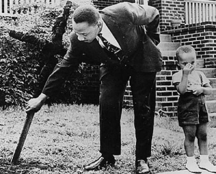 Убирает сгоревший крест со своего двора, 1960 год.