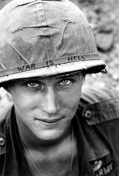 Солдат 173-й воздушно-десантной бригады со словами «Война - это ад» написанными на его шлеме, Южный Вьетнам.