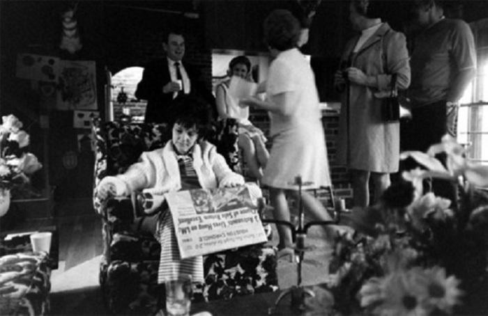 Мэрилин, жена Аполлона-13 командира Ловелла, читает газету с новостями на первой полосе, 1970 год.