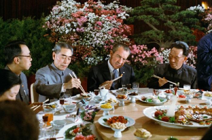 Президент США Ричард Никсон обедает с китайским премьером Чжоу Эньлай во время визита в Пекин, 1972 год.