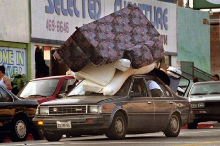 Были разграблены сотни магазинов и жилых домов.