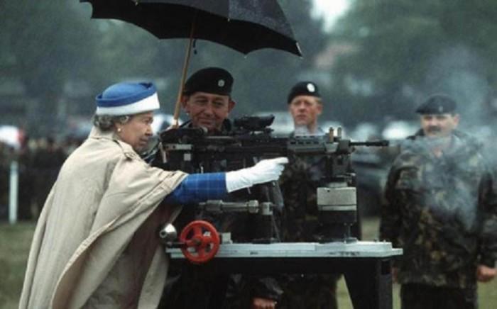 Королева Елизавета II во время своего посещения Британской Армии L85.