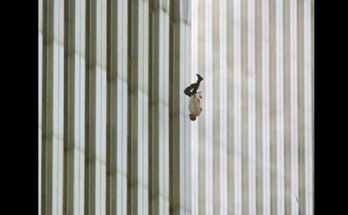 Снимок считается ошеломляющим символом ужасных событий, произошедших 11 сентября 2001 года во Всемирном торговом центре.