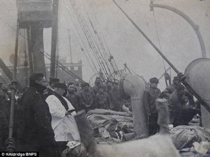 Священник проводит службу для десятков погибших пассажиров Титаника, прежде чем они будут похоронены в море, 1912 год.