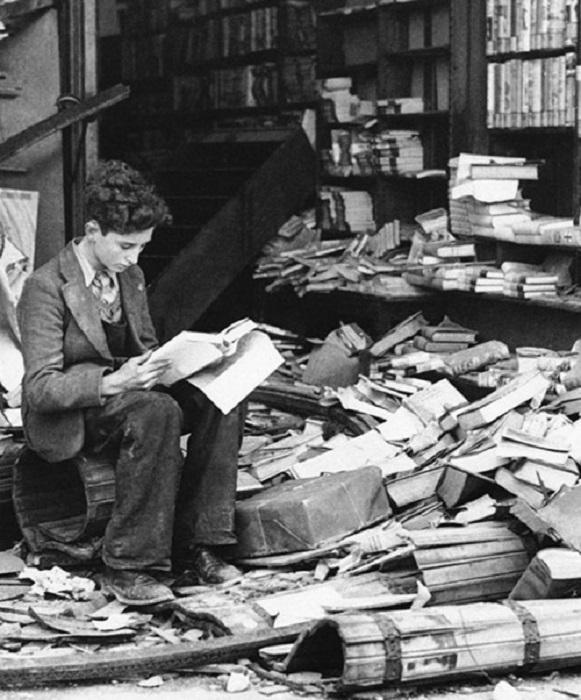 Книжный магазин Лондона после воздушного налета, 1940 год.