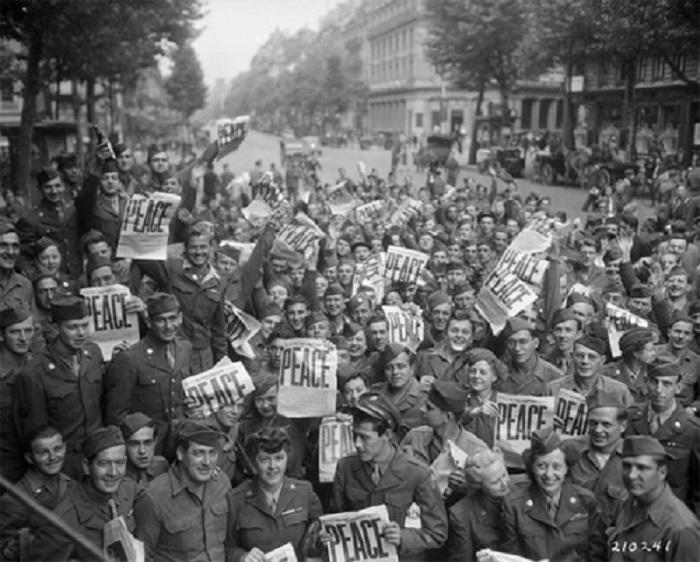 Солдаты радуются окончнию боевых действий, 1945 год.