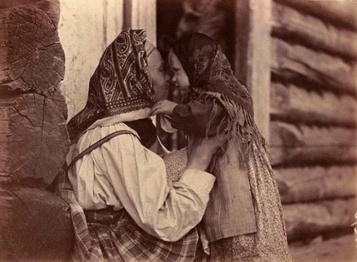 Мама играет с ребенком. Беломорская Карелия, 1894 год. Автор фотографии: Инха (Нюстрём) Инто Конрад.