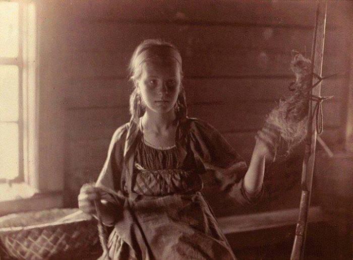 Девушка за работой. Беломорская Карелия, 1894 год. Автор фотографии: Инха (Нюстрём) Инто Конрад.