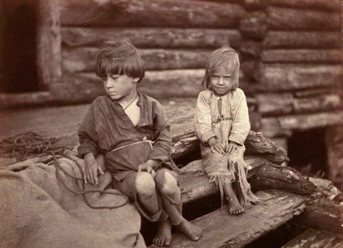 Босые дети в рваных рубахах из холста, перешитые из старой одежды родителей. Беломорская Карелия, 1894 год. Автор фотографии: Инха (Нюстрём) Инто Конрад.