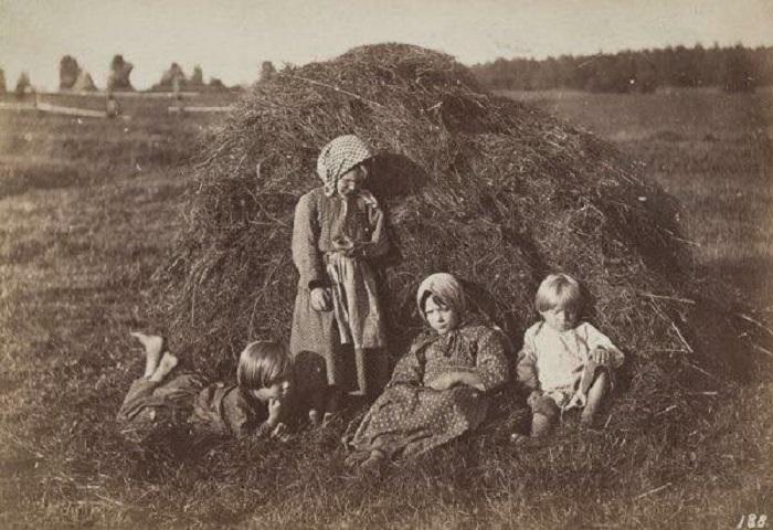 Крестьянские дети отдыхают возле стога сена. Симбирская губерния, 1860 года. Автор фотографии: Вильям (Василий) Андреевич Каррик.