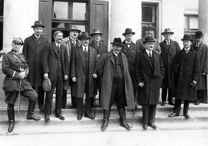 Правительство под руководством премьер-министра Винценты Витоса за несколько дней до переворота.