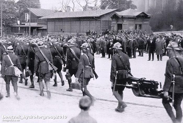 Передвижение 30-го пехотного полка на позиции.