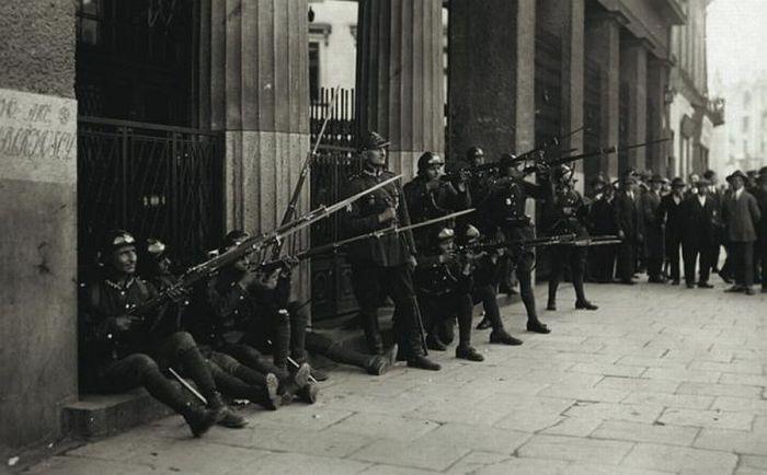 Солдаты маршала Пилсудского стреляют по окнам универмага братьев Яблковских, где оборонялись правительственные войска.
