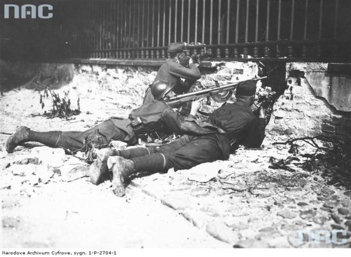Солдаты отбивают атаку на бельведерский дворец.
