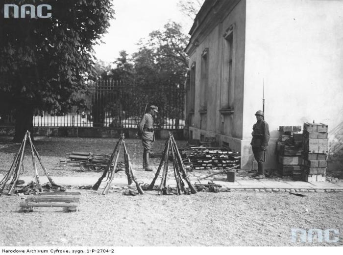 Двое солдат охраняющие военную базу.